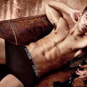 ¡Colirio para los ojos!  Joe Jonas medio desnudo en nueva campaña de Guess