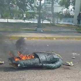 ¡Emblemático! Destruyen la estatua del ex presidente Hugo Chávez en Villa del Rosario