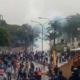 ¡OTRO JOVEN CAÍDO! GNB arremete desde temprano contra manifestantes en San Antonio de Los altos