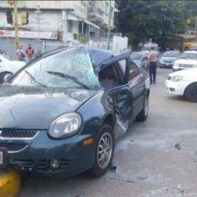 Tanqueta de la GNB chocó vehículo de un estudiante a las afueras de la UCV y quiso darse a la fuga