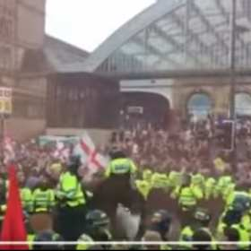 (VIDEO) De esta manera sacaron a neonazis de Liverpool