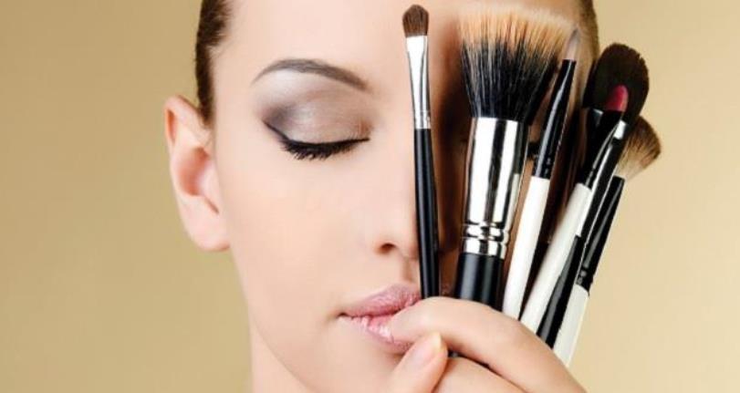 ¿Qué sucede cuándo no lavas las brochas de maquillaje?