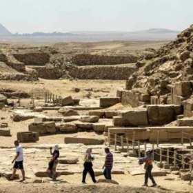Arqueólogos franceses y suizos descubren  pirámide de granito rosado al sur de El Cairo