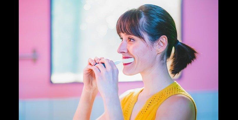 Y-Brush en CES es un cepillo de dientes que limpia tus dientes en 10 segundos