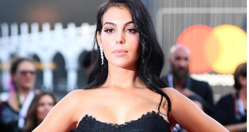 Georgina Rodriguez muestra curvas asesinas en una nueva campaña de trajes de baño