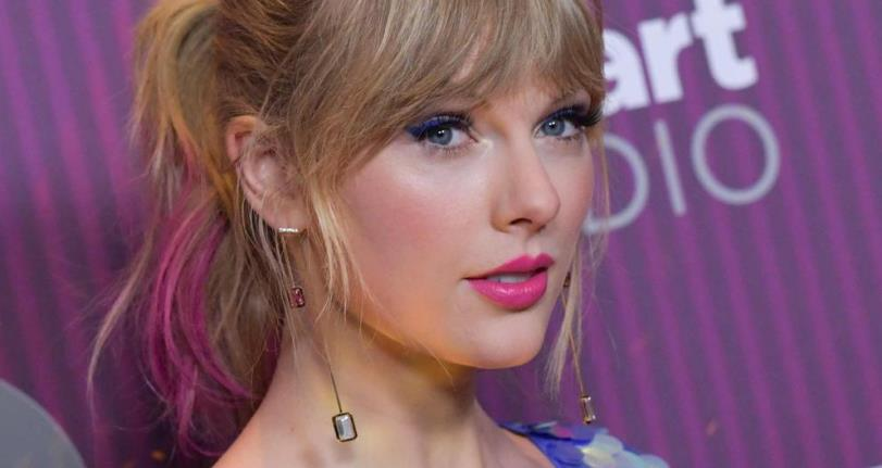 Taylor Swift presenta su nuevo cabello rosado en iHeartRadio Music Awards 2019