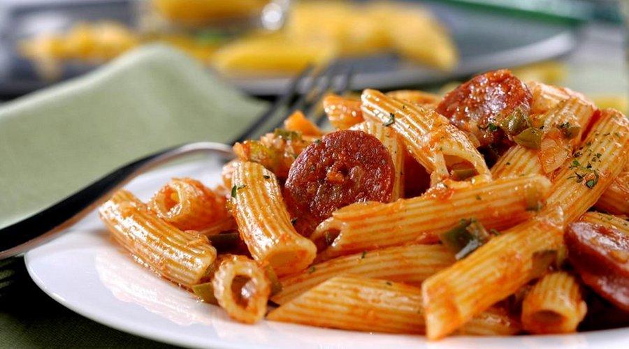 Aprende a realizar un rico plato de macarrones con chorizo ahumado
